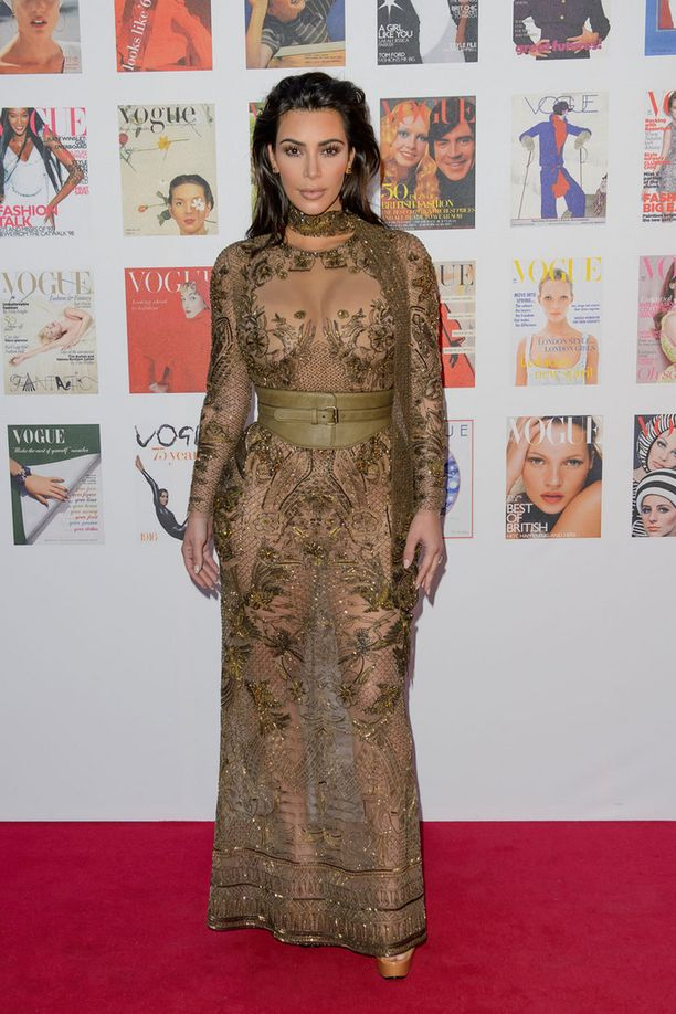 Kim Kardashian oli pukeutunut tyylilleen uskollisesti. Nahkavyö teki läpinäkyvästä mekosta mielenkiintoisemman.