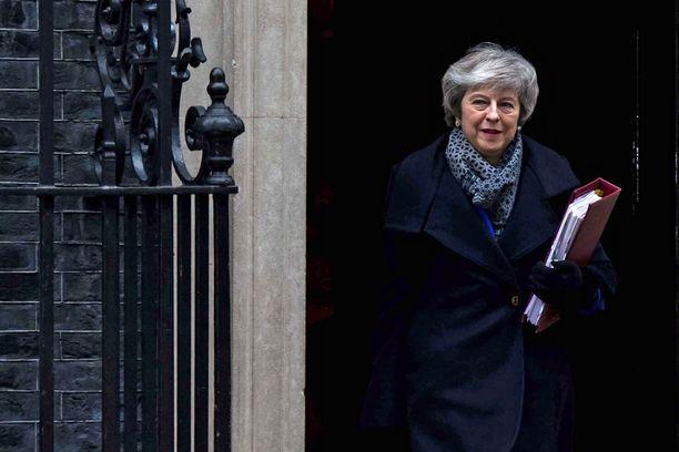 Theresa May on kestänyt läpi myrskyn, vaikka kabinetissa ovet ovat käyneet tiuhaan. Tiukin paikka koittaa tänään.