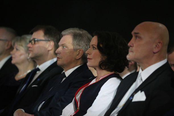 Konsertti alkoi kello 19. Iloinen presidenttipari hiljentyi kuuntelemaan illan esityksiä.