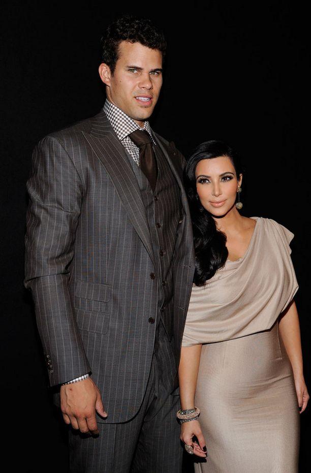 Kimin ja Krisin avioliitto tuli vihdoin viralliseen päätökseensä. Pariskunta meni naimisiin elokuussa 2011 ja Kardashian haki eroa saman vuoden lokakuussa.