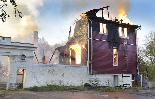 Lehden mukaan palolaitos sai tiedon tulipalosta puoli viiden aikaan sunnuntaina aamuyöstä. Poliisilaitoksen saapuessa paikalle tulipalo oli jo täyden palon vaiheessa.
