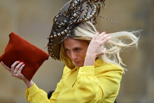 Kova tuuli lennätti hiuksia, hattuja ja helmoja Windsorissa 12.10.