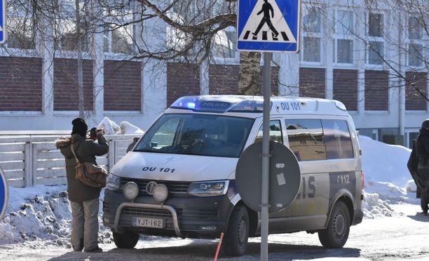Paikalla kampuksen läheisyydessä oli perjantaina iltapäivällä ainakin kahdeksan poliisiautoa.