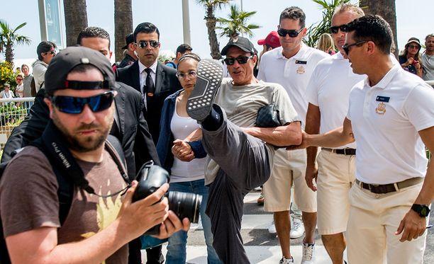 Jean-Claude Van Damme uhittelee valokuvaajalle.