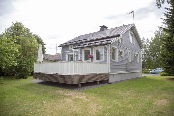 Terassi ja piha laitettiin kuntoon vasta sitten, kun koti oli sisältä täysin valmis. Viimeisenä rakennettiin etupihan autokatos.