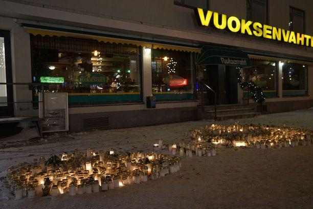 Ravintola Vuoksenvahdin edusta Imatralla täyttyi kynttilöistä verityön jälkeen joulukuussa.