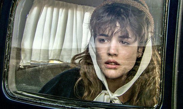 Victoriaa esittää Adriana Ugarte, joka muistetaan myös Pedro Almodovarin Julieta-elokuvasta.