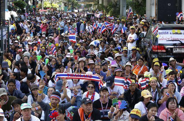 Mielenosoittajat yrittävät pysäyttää Bangkokin liikenteen tukkimalla keskeiset risteykset.