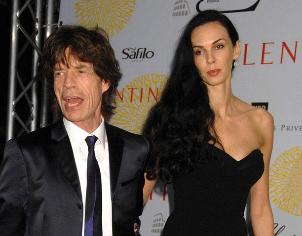 Mick Jaggeria vaivaa vauvakuume. Vieressä kihlattu L'Wren Scott.