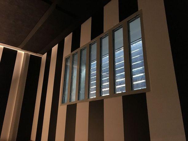 Entinen poliisin selli on muutetttu pieneksi kokoushuoneeksi. Menneisyys on otettu huomioon tilan sisustuksessa: alkuperäiset kalteritkin on jätetty ikkunaan.