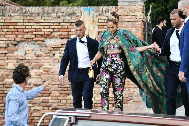 Jennifer Lopez edusti näyttävässä asussa Italiassa. Kuva: AOP