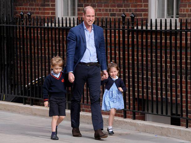 Prinssi William toi prinssi Georgen ja prinsessa Charlotten sairaalaan tervehtimään uutta perheenjäsentä.