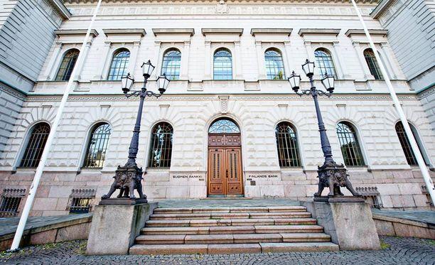 Matalan eläkeiän kultapossukerhoon kuuluu 68 keskuspankin virkamiestä. Suomen Pankki ja sen virkamiehet vaativat suomalaisia tinkimään eläke-eduistaan, mikä lopulta toteutui nykyisen eduskunnan säätäessä uudet eläkelait. Nyt kun keskuspankin pitäisi pätkästä pankin omaa vihreää oksaa, saha onkin ruosteessa.