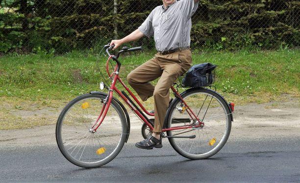 """Pyöräilevä ikämies tarjosi naiselle kyytiä, """"limua"""" ja yhteistä saunailtaa. Nainen kieltäytyi. Kuvituskuva."""