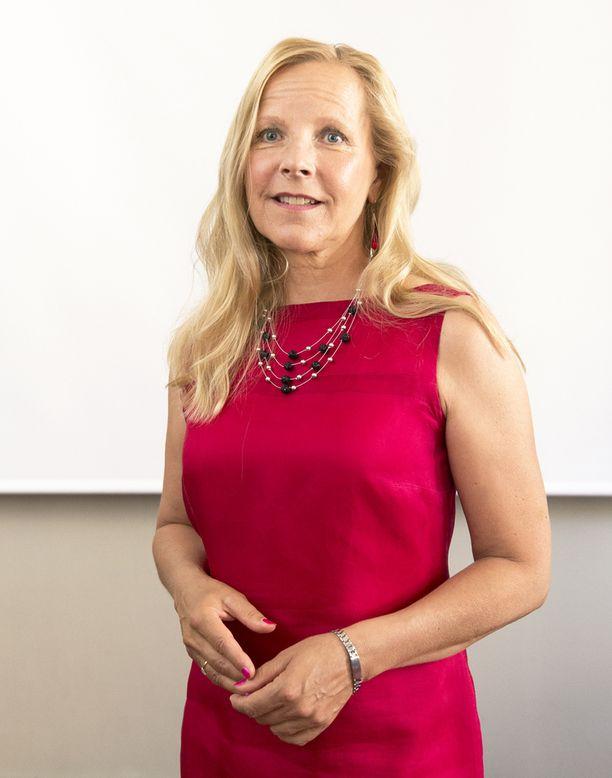 """Katja Halmeen elämäkerran Viikingin varjossa kirjoittaminen oli tietokirjailija Paula Salomaalle """"rankka prosessi""""."""