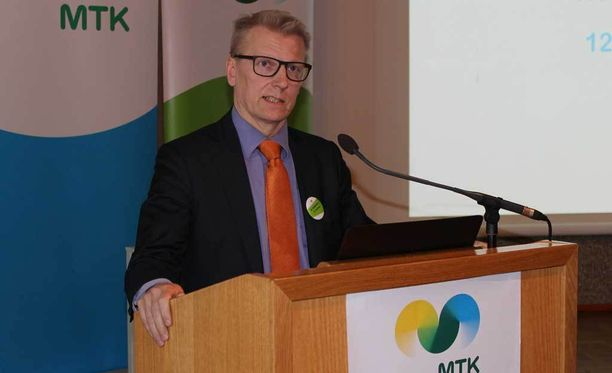Maatalous- ja ympäristöministeri Kimmo Tiilikainen (kesk)sanoo, että tekeillä on useita eri toimenpiteitä, joilla helpotetaan maatalouden talousahdinkoa.