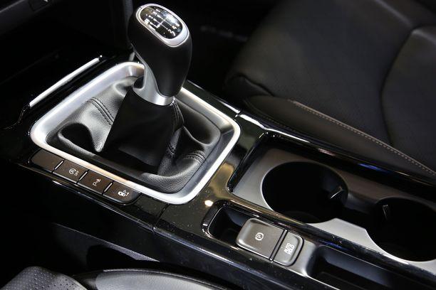 Pienintä moottoriversiota lukuun ottamatta vaihteiston saa myös kaksoiskytkinautomaattina. Seisontajarru on sähkötoiminen.