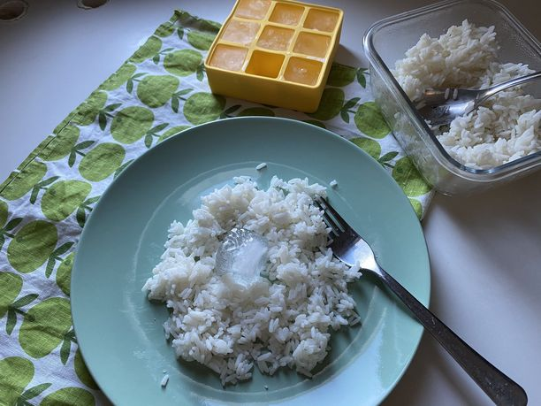 Riisilautasen keskelle asetetaan jääpala, joka höyrystää riisin tasaisesti.