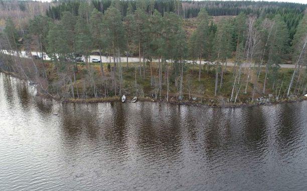 Näihin Vihtijärven rantavesiin epäilty väitti upottaneensa uhrin jäänteitä.