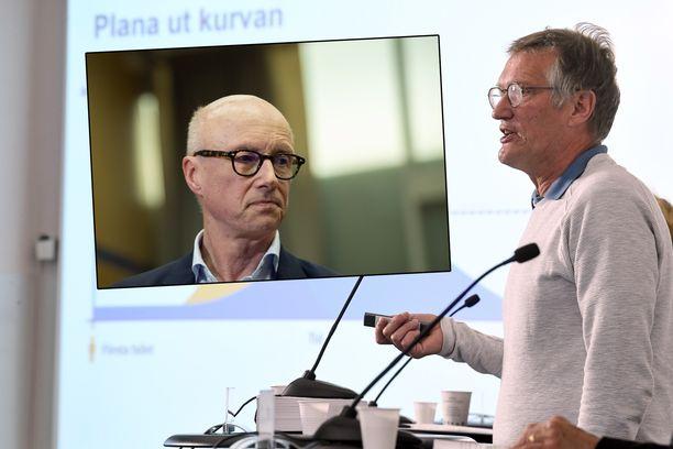 Tukholman hallintoalueen tartuntatautilääkäri Per Follin (vas.) ja valtionepidemiologi Anders Tegnell (oik.).