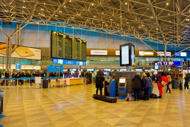 Matkustajilla on nyt enemmän purettavaa ja pakattavaa Helsinki-Vantaan turvatarkastuksessa.