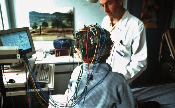 Ensimmäisessä pojalle tehdyssä EEG-tutkimuksessa todettiin epileptiformiseksi sopiva muunnos. Kuvituskuva EEG-tutkimuksesta lapselle.