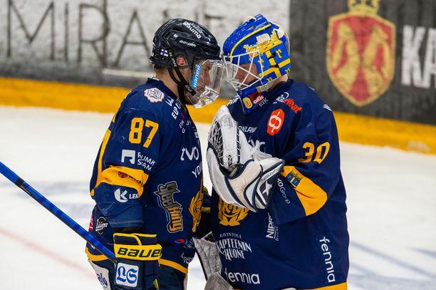 Lukon Aleksi Saarela (87) ja Lassi Lehtinen onnittelevat toisiaan ottelun jälkeen.