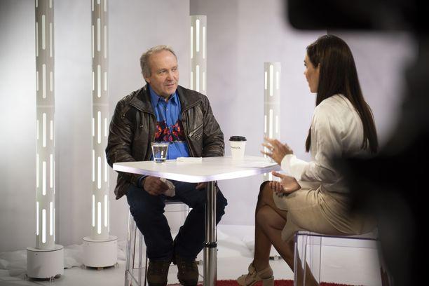 Kansanedustaja Teuvo Hakkarainen puhui Susanne Päivärinnan haastattelussa myös uransa varjopuolista.