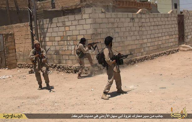 Isis-taistelijoita Deir ez-Zorissa. Järjestö kontrolloi nyt 60 prosenttia kaupungista. Kuva viime kesältä.