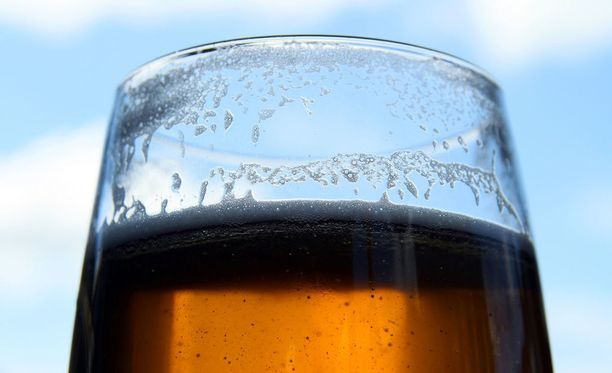 Myyjä taivutteli Ismoa vaihtamaan liittymää olut houkuttimenaan.