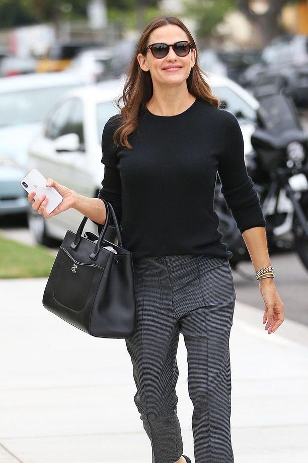 Jennifer Garner tunnetaan muun muassa tv-sarjasta Alias, joka toi hänelle vuonna 2002 parhaan naisnäyttelijän Golden Globe -palkinnon.