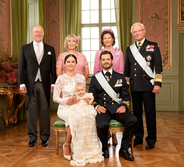 Vasemmalla Sofian vanhemmat Erik ja Marie Hellqvist, oikealla kuningatar Silvia ja kuningas Kaarle Kustaa.