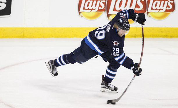 Patrik Laine kisaa tiukasti NHL:n parhaan tulokkaan palkinnosta.