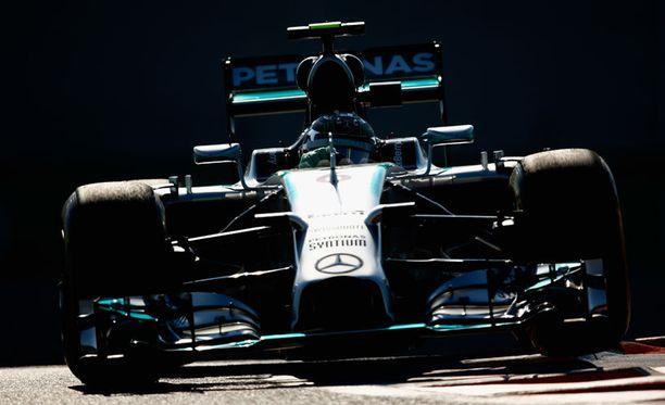 Nico Rosberg kurvaili Yas Marinan radalla.