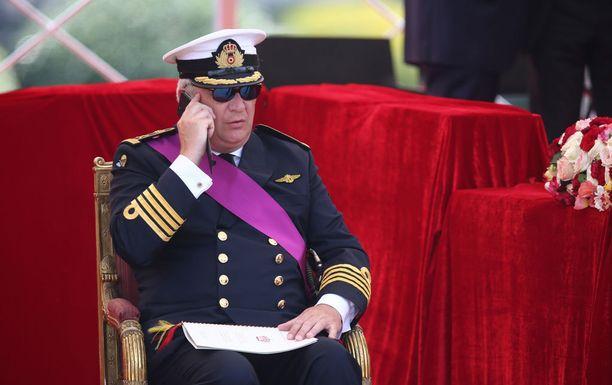 Lopulta prinssi Laurent luopui piilotteluyrityksistä, ja puhui täysin avoimesti puhelimeensa.