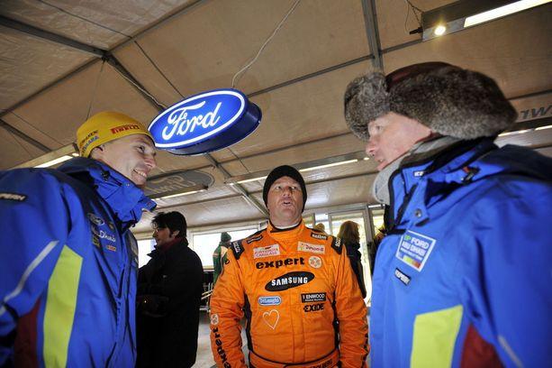 Jari-Matti Latvala (vas.) ajoi Malcolm Wilsonin (oik.) alaisuudessa Fordilla vuosina 2008-12. Vuoden 2010 Ruotsin rallissa otetussa kuvassa on myös Henning Solberg.