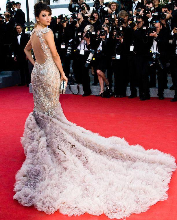 Tässä mekossa ei taatusti jää seinäruusuksi.