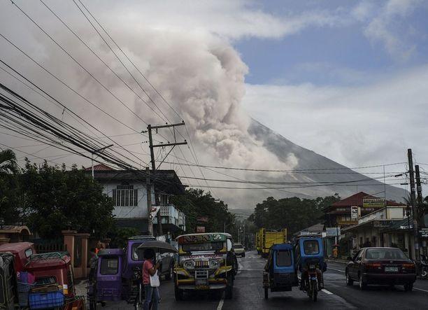 Mayon syöksee tulta sisästään. Kuva on otettu Camaligin kaupungissa.