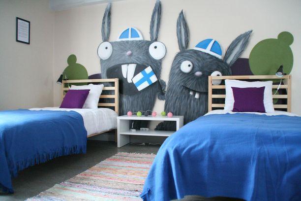 Jyväskylä-huoneen seinällä ihastuttavat Jussi Karhusaaren eli WibraOnen veikeä graffititaide.