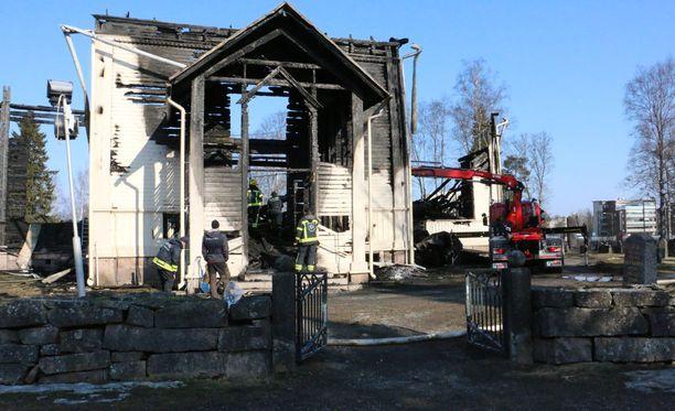 Ylivieskan puukirkosta jäi tuhopolton myötä jäljelle vain rauniot.