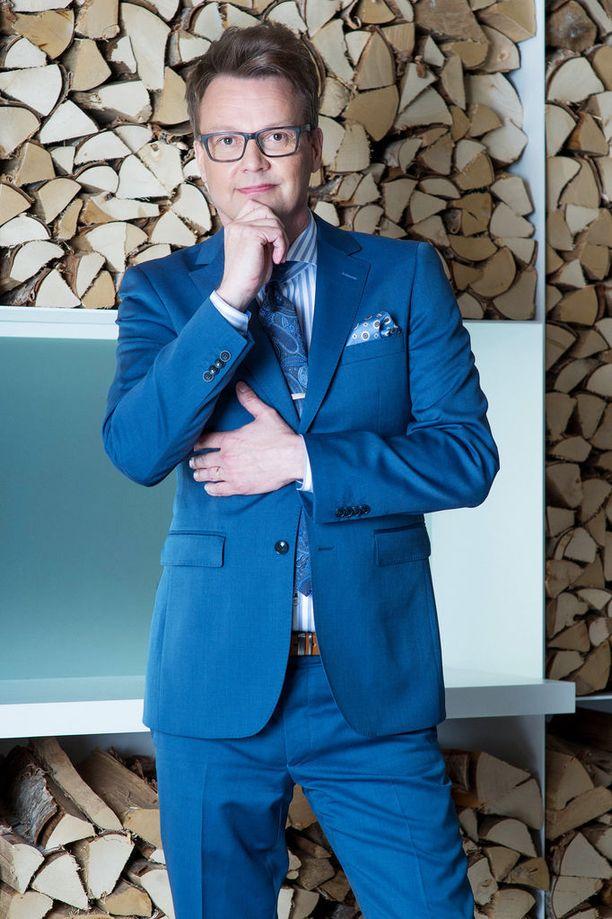 - Raikas sininen tuo isänkin tyyliin nuorekkuutta, näyttää Kotkan Dressmannin myymäläpäällikkö Riku. Puku 269 e. Kauluspaita 59,95 e. Solmio 29,95 e. Taskuliina 14,95 e. Vyö 29,95 e.