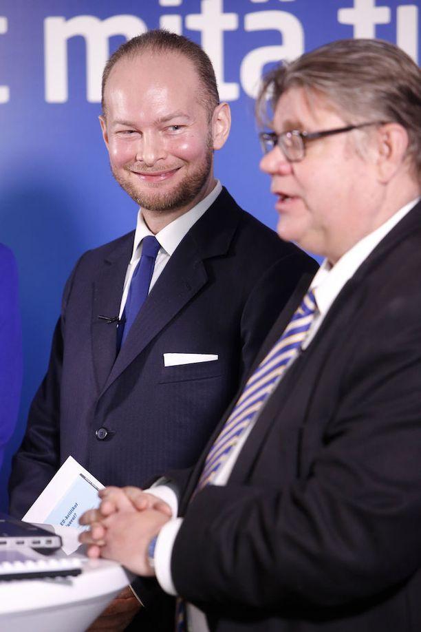 Perussuomalaisten puheenjohtaja Timo Soini ja eduskuntaryhmän puheenjohtaja, puheenjohtajaehdokas Sampo Terho eivät tiistaina vaivautuneet puolustamaan puolueensa takinkäännöstä hallintarekisterin suhteen, vaan jättivät talousvaliokunnan puheenjohtajan Kaj Turusen yksin selittelemään asiaa.
