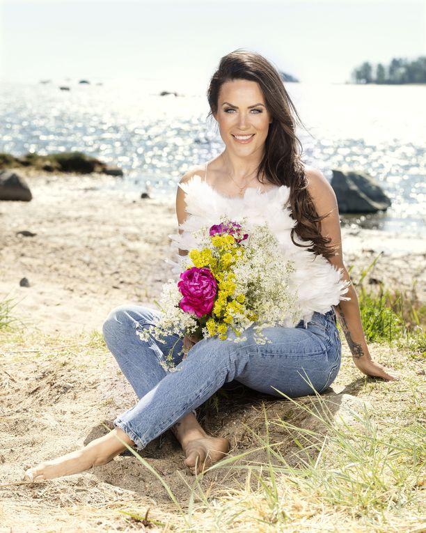 Martina poseerasi Iltalehdelle helsinkiläisenä rannalla.