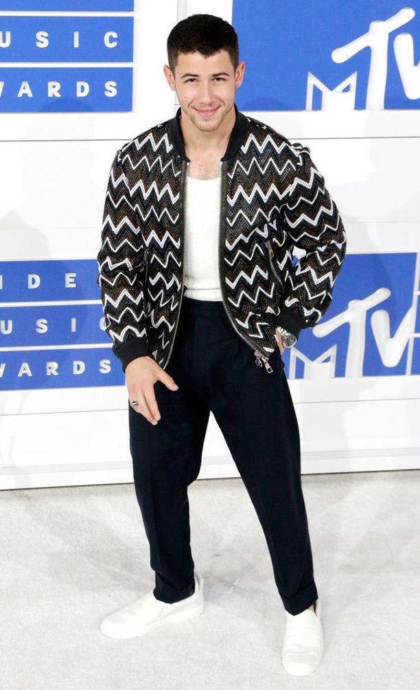 Nick Jonas pukeutui tyylikkään mustavalkoisesti.