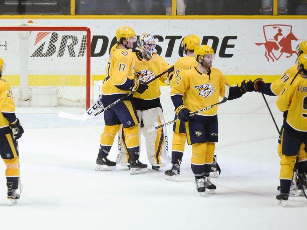 Nashville Predators pääsi juhlimaan voittoa Minnesotassa. Juuse Saros (keskellä) torjui 24 laukausta. Arkistokuva.