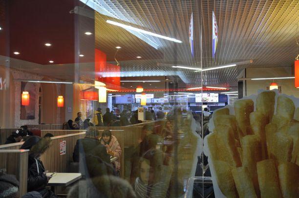 Kaverukset kävivät perjantai-iltana paikallisessa pikaruokaravintolassa.