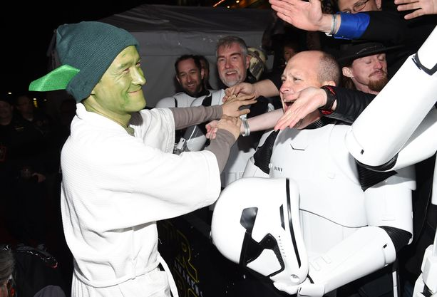 Itsekin Star Wars -asuihin pukeutuneet fanit ottivat Josephin innostuneina vastaan.