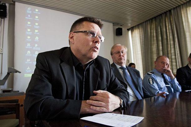 Helsingin huumepoliisin entinen päällikkö Jari Aarnio (vas.) ja äärioikealla oleva entinen Helsingin poliisikomentaja Jukka Riikonen tiedotustilaisuudessa vuonna 2011.