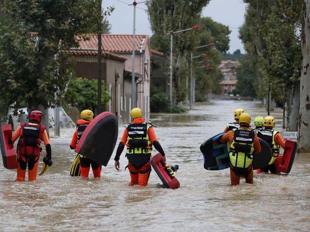 Palomiehet osallistuvat pelastusoperaatioon maanantaina Trebesissä.