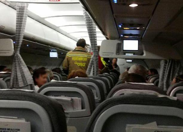 Hoitohenkilökunta saapui Wieniin laskeutuneeseen Finnairin koneeseen.